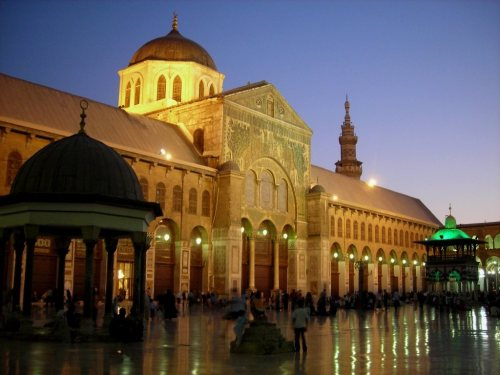 There is absolutely no resemblance between this Umayyad mosque in Damascus and St. Sophia.